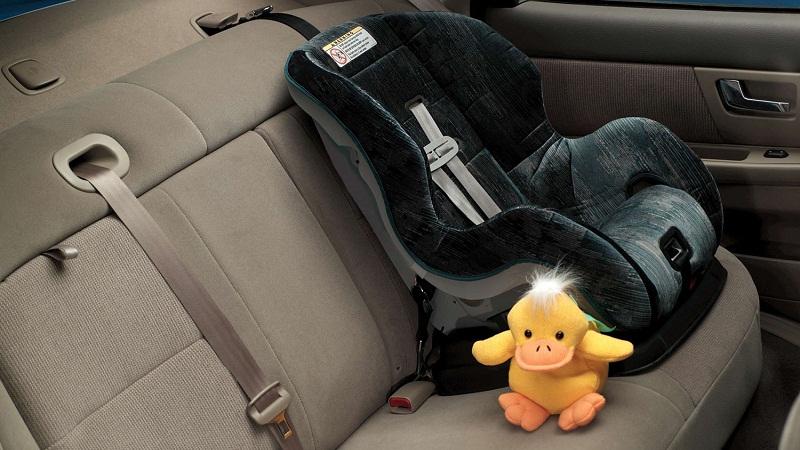 一般来说,安装在汽车后排座椅的位置肯定要安全的多.