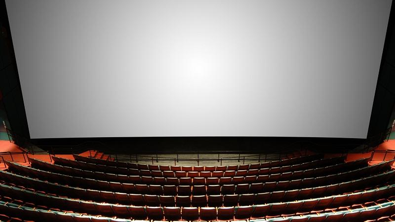 【你知道吗】 长久以来,人们一直希望能加强电影的视觉震撼力。因此宽银幕电影应运而生,它采用比标准银幕电影放宽了一倍多的银幕,把放映画面予以展宽,使观众的视野扩大,增加了临场真实感。即便如此也没有满足观众,所以,后来又诞生了IMAX。 但是,无论是宽银幕电影还是IMAX电影,都不是简单的把银幕加宽或放大,除了对拍摄方法和放映系统有要求外,通常电影院里的超大屏幕都是中间向后凹,左右两边伸向前的半弧形。
